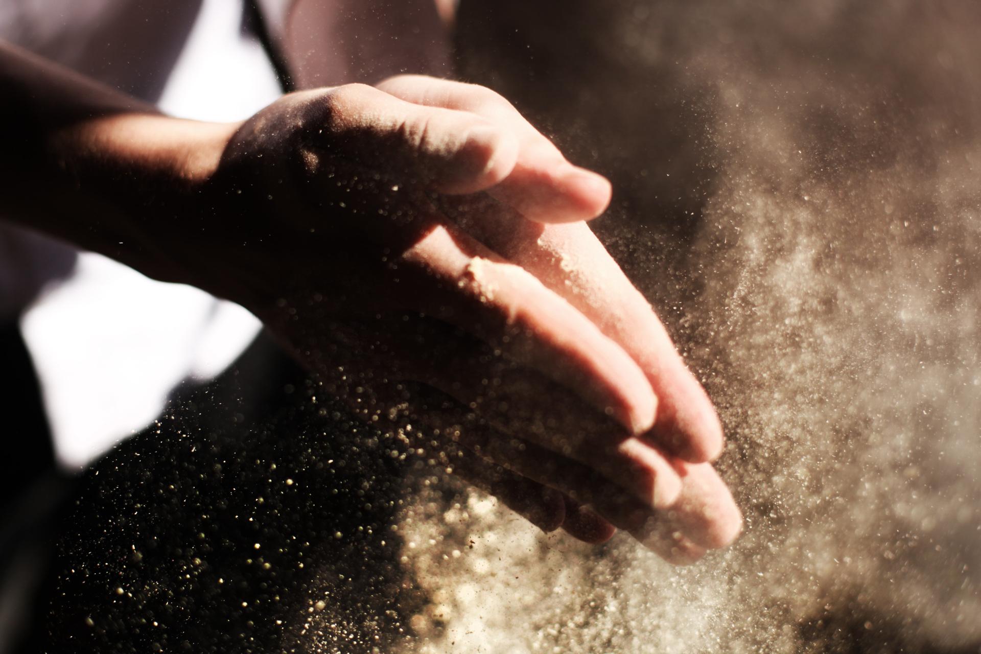 Limiter la pollution des postes de travail, éviter les maladies respiratoires : rhinite du boulanger, asthme ; et améliorer les normes hygiène